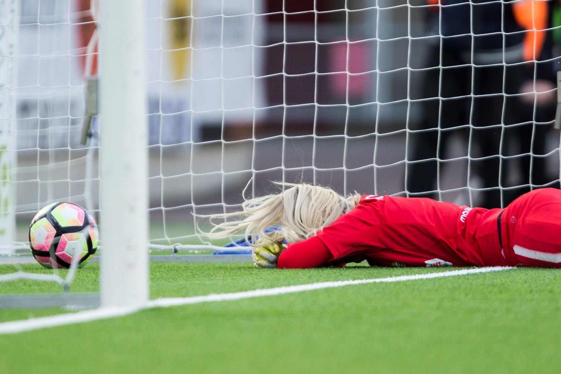 17 april, Eskilstuna United-HIF 1-0 I seriepremiären stod Hammarby upp betydligt bättre än i den föregående försäsongsmatchen. Emma Holmgren gjorde dock ett av få misstag denna säsong i 50:e minuten; topplaget avgjorde med ett distansskott.
