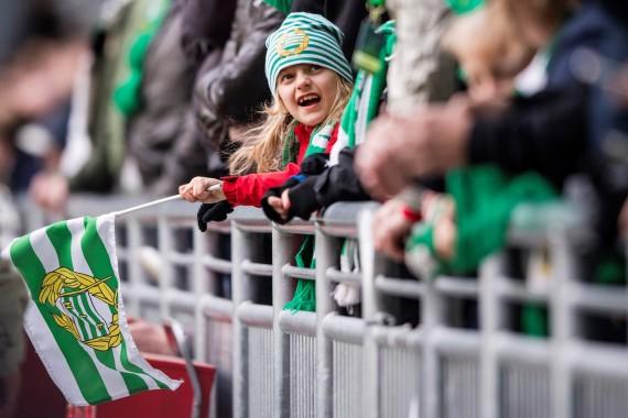 170423 En ung hammarbysupporter under fotbollsmatchen i Allsvenskan mellan Hammarby och Sundsvall den 23 april 2017 i Stockholm. Foto: Johanna Lundberg / BILDBYRN / kod JL / 135812