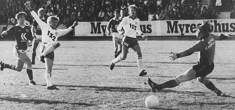 Billy Ohlsson gör 1-0 mot Kalmar FF, på retur efter skott av Thom Åhlund, medan Uffe Eriksson tittar på. (Ur Hammarbyiten 64/1980)