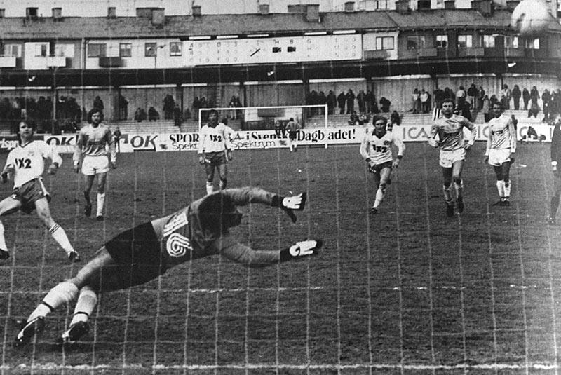 Björn Hedenström dundrar in straffen mot Malmö FF i maj 1981. (ur Hammarbyiten 79/1984)