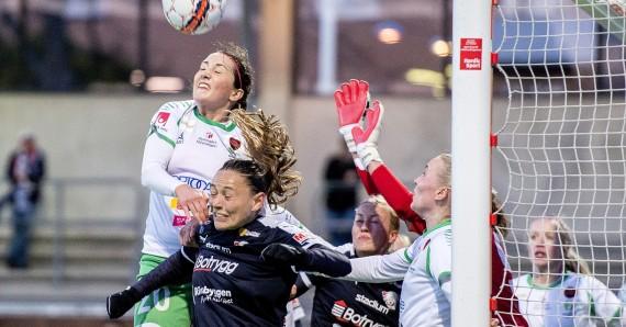 150429 Hammarbys Helen Eke och Linkšpings Mariann Gajhede i en nickduell under fotbollsmatchen i Damallsvenskan mellan Hammarby och Linkšping den 29 april 2015 i Stockholm. Foto: Meli Petersson Ellafi / BILDBYRN  / COP 162