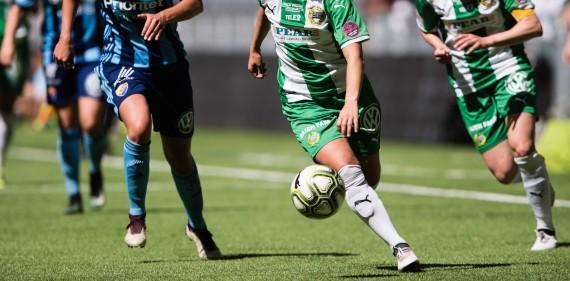 180527 Hammarbys Julia Zigiotti Olme med bollen under fotbollsmatchen i Damallsvenskan mellan Hammarby och Djurgården den 27 maj 2018 i Stockholm.  Foto: Andreas L Eriksson / Bildbyrån / kod AE / Cop 106